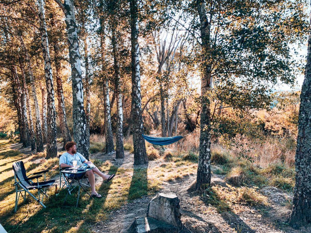 hangmat bij riviertje camping