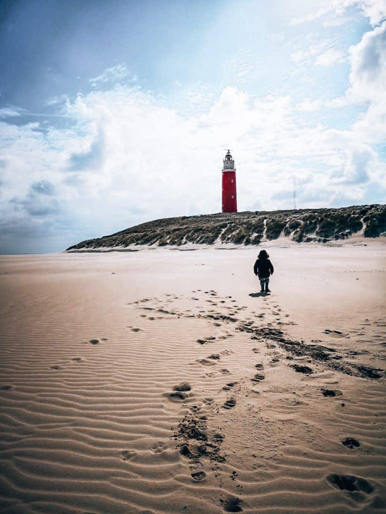 kind op strand bij vuurtoren texel